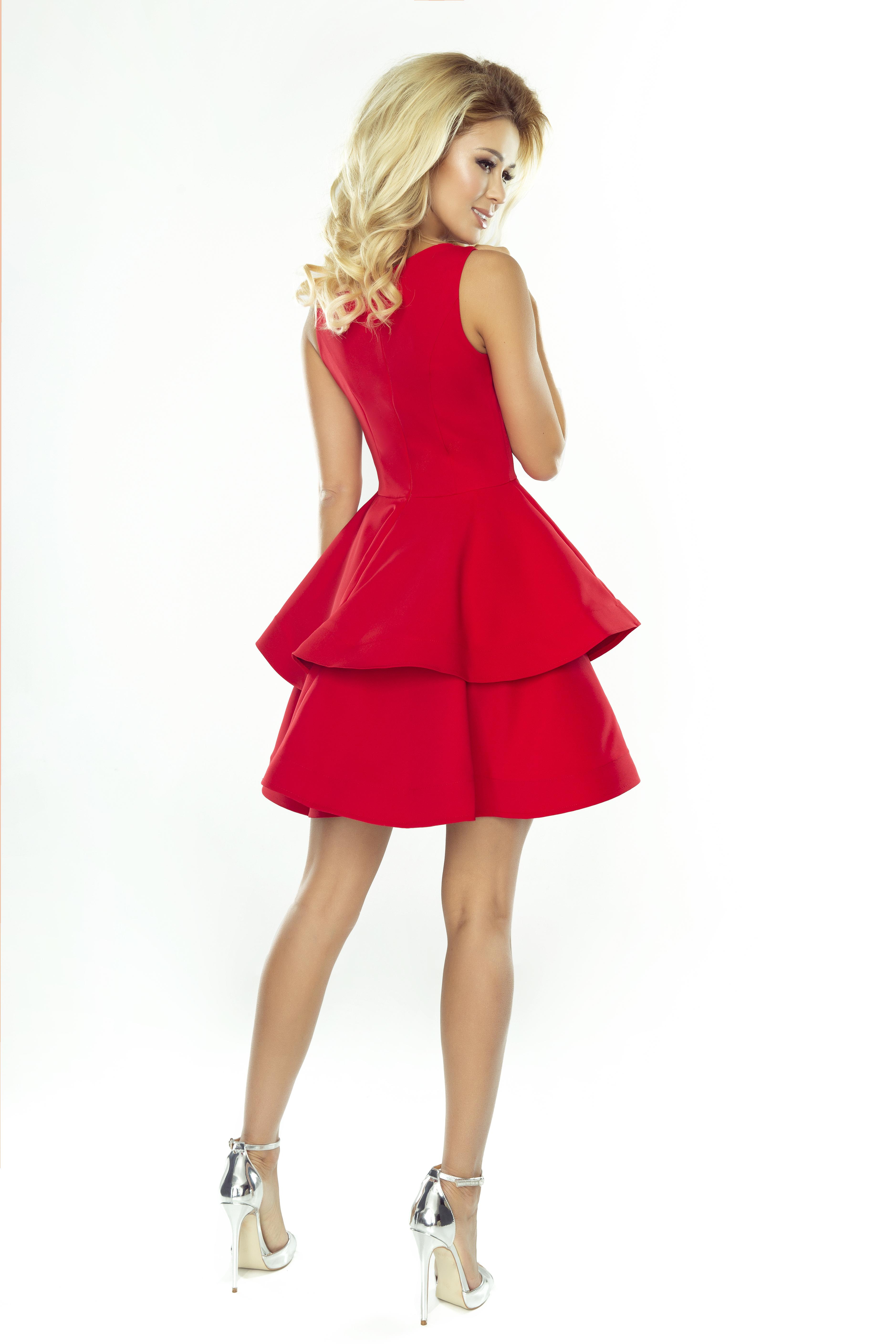 Cristina rød kjole med flæser.