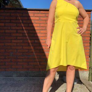 Simone kjole Gul fås hos Dahl Copenhagen