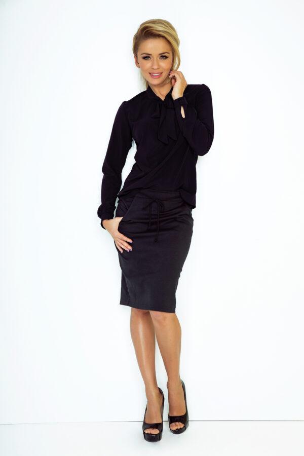 Paula bluse med pyntesløjfe Sort fås hos Dahl Copenhagen