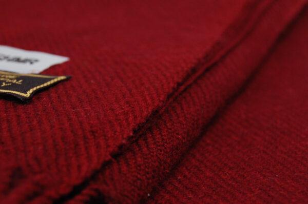 Aflangt kashmir tørklæde i bordeaux fås hos Dahl Copenhagen