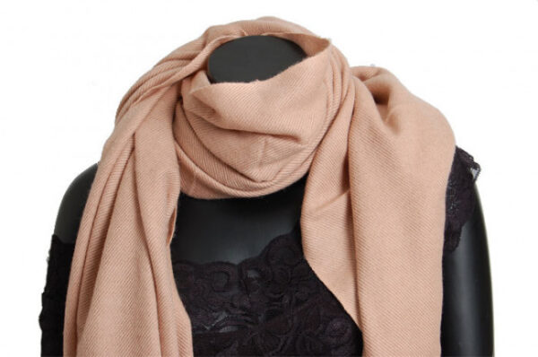 Aflangt kashmir tørklæde i camel fås hos Dahl Copenhagen